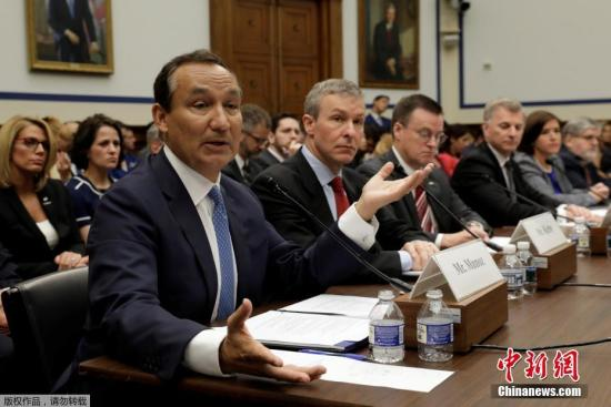 当地时间5月2日,美国国会众议院交通委员会就美联航暴力驱客事件展开听证会,美联航首席执行官奥斯卡·穆诺斯出席并就事件公开致歉。