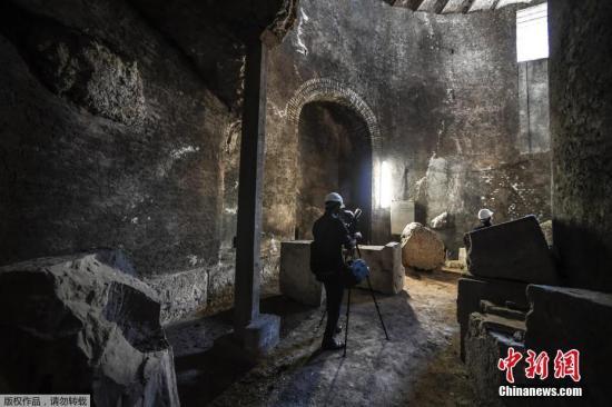 记者在陵墓内进行采访。