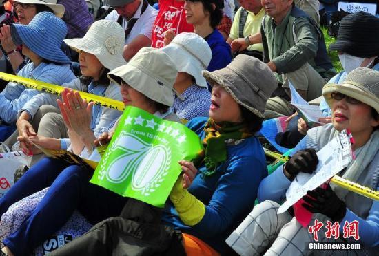 """当地时间5月3日,数万日本民众在东京举行集会和游行,为整整经历了70个年头的日本战后宪法""""点赞"""",呼吁维护和平宪法,反对执政当局的修宪企图。 记者 王健 摄"""