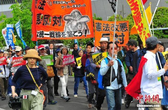 """当地时间5月3日,数万日本民众在东京举行集会和游行,为整整经历了70个年头的日本战后宪法""""点赞"""",呼吁维护和平宪法,反对执政当局的修宪企图。 <a target='_blank' href='http://www-chinanews-com.mozhuedu.com/'>中新社</a>记者 王健 摄"""
