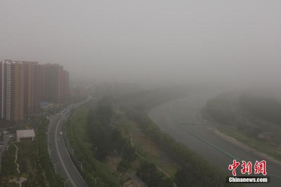 5月4日,北京遭遇沙尘过境,城区天空能见度低,局地PM10浓度破2000,空气质量达严重污染级别。<a target='_blank' href='http://www.chinanews.com/'>中新社</a>记者 杨可佳 摄