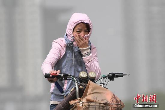 5月4日,山西太原空气质量达到严重污染级别,民众在沙尘天气中出行。武俊杰 摄
