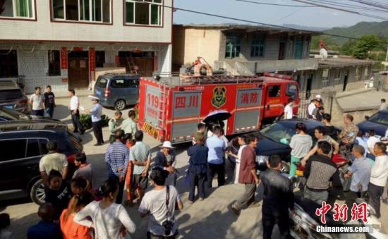地震发生后消防、政府相关部门救援人员迅速赶到震区开展工作。 钟欣 摄