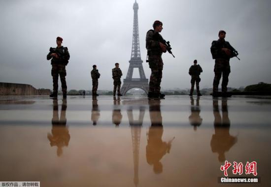 当地时间5月3日,在法国巴黎埃菲尔铁塔附近,士兵持枪巡逻。法国将于5月7日举行总统选举第二轮投票。