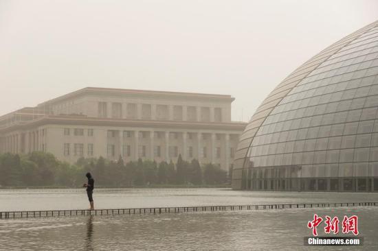 资料图:5月4日,北京遭遇沙尘过境,城区天空一片昏黄,局地PM10浓度破2000,空气质量达严重污染级别。<a target='_blank' href='http://www.chinanews.com/'>中新社</a>记者 崔楠 摄