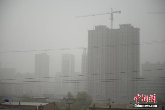 5月4日,呼和浩特空气严重污染,市内9个监测点的空气质量指数(AQI)均为最严重的500,指数爆表。上午9时数据显示,细颗粒物PM2.5为398,首要污染物PM10为1581。中新社记者 刘文华 摄
