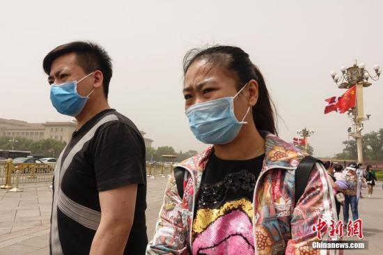 5月4日,北京遭遇沙尘过境,城区天空一片昏黄,局地PM10浓度破2000,空气质量达严重污染级别。中新社记者 崔楠 摄
