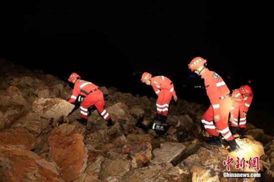 资料图:武警浙江省总队开展夜间山体滑坡救援演练。 陈杰 摄