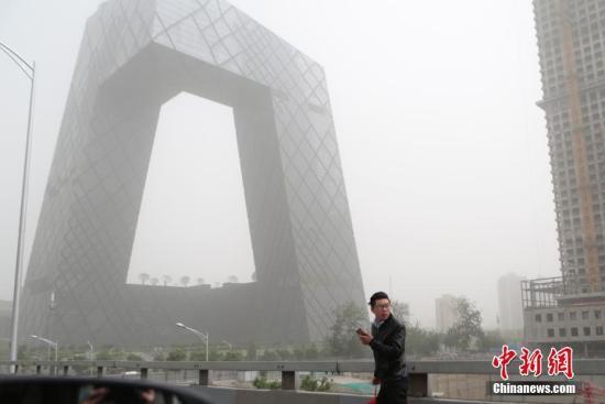 5月4日,北京城区遭沙尘笼罩。据北京市环境保护监测中心当日10时发布数据显示,北京局部地区PM10浓度(微克/立方米)达2001,PM2.5浓度(微克/立方米)598。中新社记者 李慧思 摄