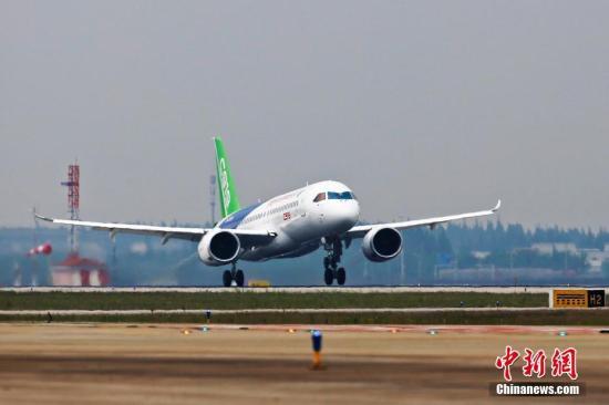 5月5日下午2时许,首架国产大飞机C919在上海浦东机场4号跑道成功起飞。杨骏 摄