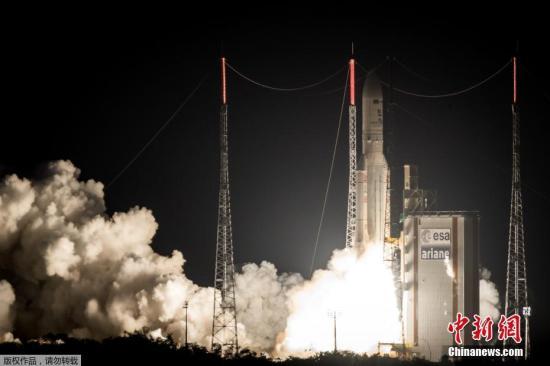 """资料图:当地时间5月4日,""""阿丽亚娜5""""型运载火箭在法国圭亚那库鲁发射升空。"""