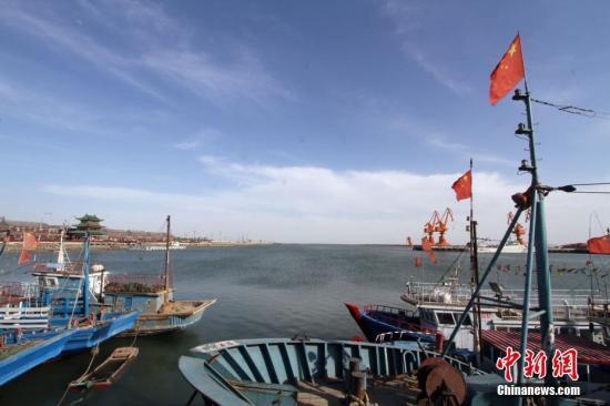 """5月5日,天津市,静谧的天津中心渔港。天津中心渔港位于滨海新区,占地约18平方公里,规划建设""""一港一城""""。海域作业港区规划泊位14个,年吞吐能力1700万吨,休闲港湾区可容纳大小游艇1000艘。定位中国北方渔业中心、水产品加工集散中心和北方游艇产业中心。图为停泊的渔船。 <a target='_blank' href='http://www.chinanews.com/'>中新社</a>记者 张道正 摄"""