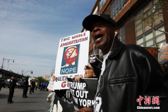 当地时间5月4日,民众在纽约无畏号海空博物馆前抗议特朗普总统的到来。当日,美国总统特朗普就职后首次回到家乡纽约。记者 廖攀 摄