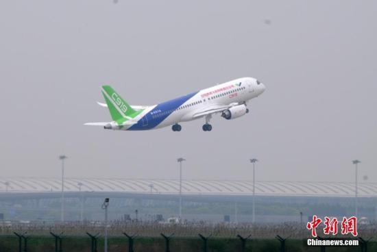 5月5日,中国首款国际主流水准的干线客机C919在上海浦东国际机场成功首飞。图为C919起飞升空。 中新社记者 孙自法 摄