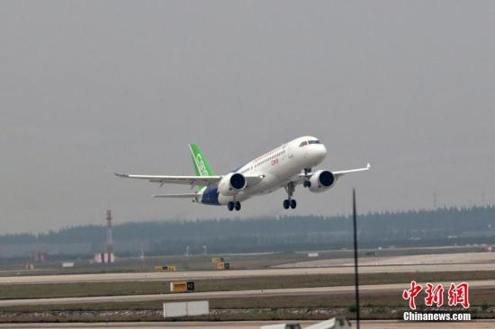 5月5日下午2时许,首架国产大飞机C919在上海浦东机场4号跑道成功起飞。张亨伟 摄