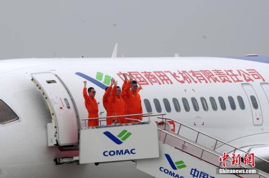 图为C919机组人员出舱。 中新社记者 孙自法 摄
