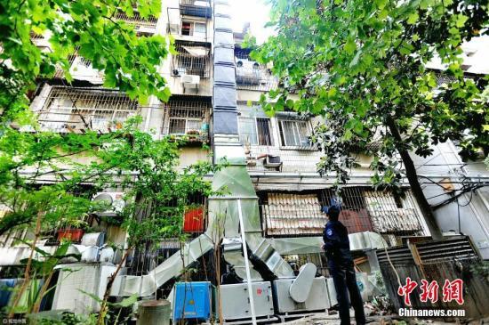 """材料图:饭馆油烟扰平易近,武汉乡管建""""埃菲我铁塔""""排烟。图片滥觞:视觉中国"""