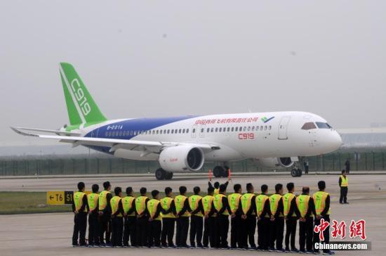 5月5日,中国首款国际主流水准的干线客机C919在上海浦东国际机场成功首飞。图为C919返回降落。 中新社记者 孙自法 摄