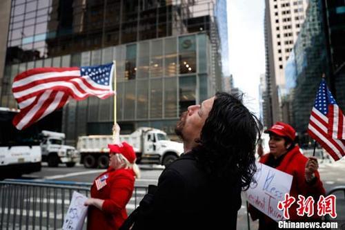 当地时间5月4日,支持者在纽约特朗普大厦前迎候特朗普总统的到来。当日,美国总统特朗普就职后首次回到家乡纽约。 记者 廖攀 摄