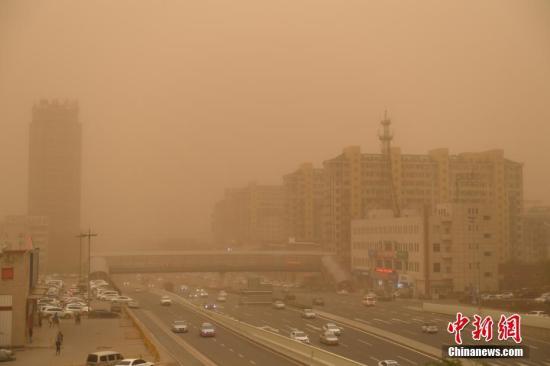5月6日,吉林省遭遇一场大风伴沙尘天气。持续的大风扰乱了人们的春日节奏,天空灰黄不见阳光,空气中满是尘土的气味,口罩成了出行市民的必备选择。当日吉林省部分地区瞬间风力达到10级。 中新社记者 张瑶 摄