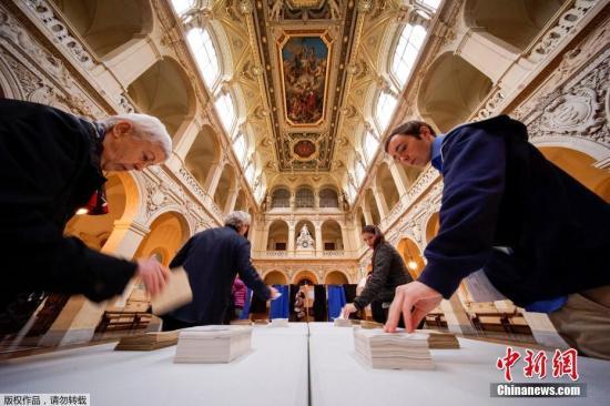 当地时间2017年5月7日,法国总统选举第二轮投票展开,多地民众参加投票。投票结果将决定法兰西第五共和国第八位总统的人选。图为法国里昂的一个投票站,民众进行投票。