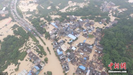 2017年5月7日,广州局地出现特大暴雨。下午三时,增城中新镇九和村。中新镇为本次暴雨后受灾区域,其中距离中新约三公里处的九和村为重灾区。图片来源:视觉中国