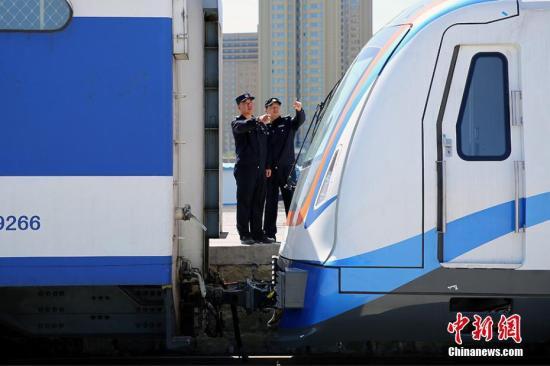 资料图:5月8日,经过8天4000公里行程,从湖南运往新疆的第一批十二辆地铁车体抵达乌鲁木齐市。据了解,乌鲁木齐地铁1号线是新疆首个地铁项目,线路全长27.6公里,途经4个中心城区。目前项目进展顺利,地铁1号线北段力争在年底前试通车。李国贤 摄