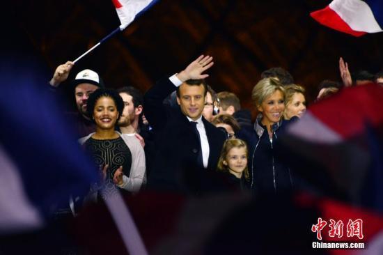马克龙和妻子布丽吉特在巴黎卢浮宫前举行的庆祝胜选集会上。 <a target='_blank' href='http://www.chinanews.com/'>中新社</a>记者 龙剑武 摄