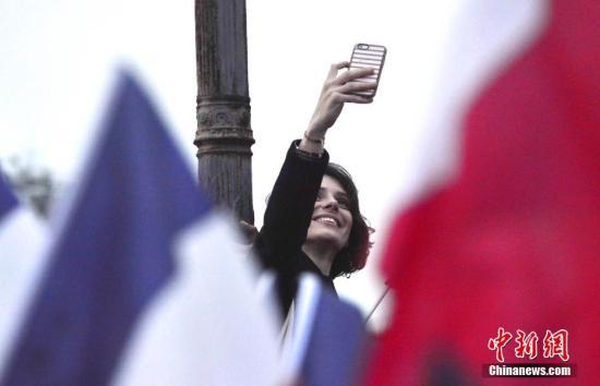 资料图:法国街头一名女性自拍。 记者 龙剑武 摄
