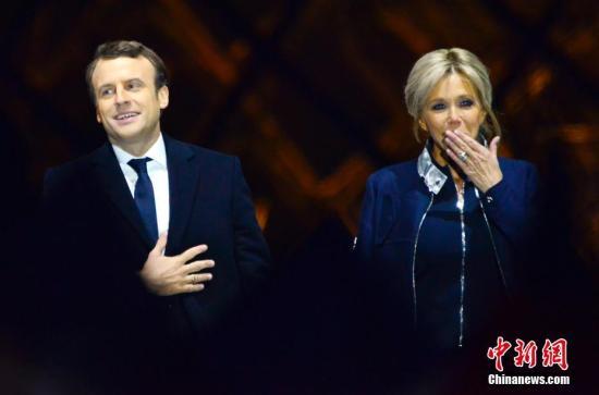 资料图:法国总统马克龙和妻子布丽吉特。 <a target='_blank' href='http://www.chinanews.com/'><p  align=