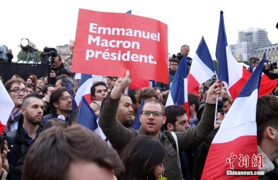 资料图为马克龙的支持者在庆祝胜选的集会上高举标语。 中新社记者 龙剑武 摄