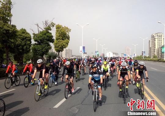 资料图:第八届环高邮湖自行车越野赛。 虢浩 摄
