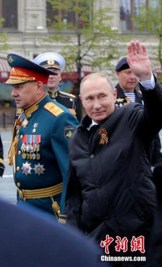 当地时间5月9日,俄罗斯总统普京在红场向观众挥手示意。当天俄罗斯首都莫斯科红场举行阅兵式,纪念卫国战争胜利72周年,缅怀在二战中为抗击法西斯而牺牲的英雄和在战争中遇难的平民。中新社记者 王修君 摄