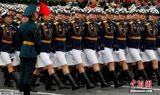 当地时间5月9日,俄罗斯在首都莫斯科举行盛大阅兵式庆祝卫国战争胜利72周年。图为俄罗斯军校女学员参加阅兵式。
