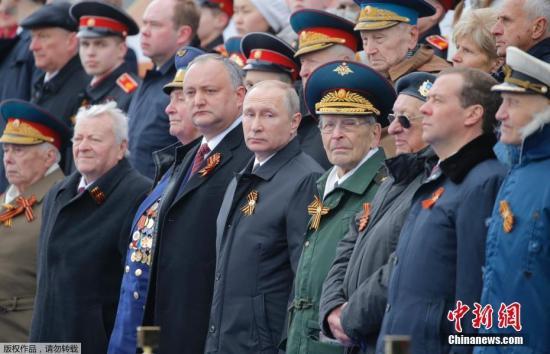 资料图:当地时间5月9日,俄罗斯在首都莫斯科举行盛大阅兵式庆祝卫国战争胜利72周年。图为俄罗斯总统普京等观看阅兵式。