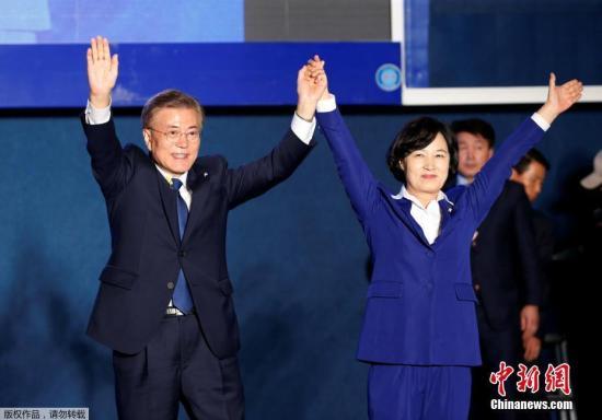 """当地时间5月9日深夜,韩国第19届总统选举共同民主党候选人文在寅及其竞选团队现身首尔光化门广场,发表""""胜选演说"""",与支持民众握手庆祝。据出口民调显示,文在寅在当日进行的大选投票中以41.4%的支持率绝对优势胜选。在选举管理委员会公布的大部分开票结果中,文在寅得票率也遥遥领先,提前锁定胜局。"""