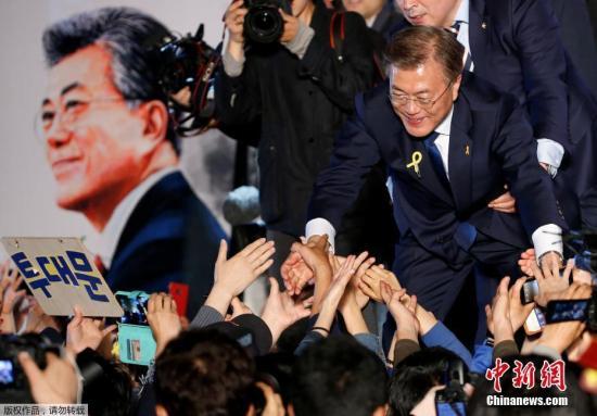 当地时间5月9日深夜,韩国第19届总统选举,共同民主党候选人文在寅获胜。