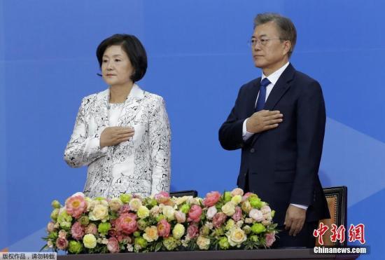 当地时间5月10日,在大选中取得胜利的文在寅正式宣誓就任韩国第19届总统。据报道,10日清晨,韩国中央选举管理委员会发布的计票数据显示,韩国共同民主党候选人文在寅在第19届总统选举中以41.08%的得票率获胜,当选新一任总统。
