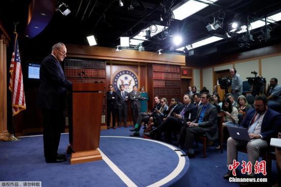 美国总统特朗普5月9日解除联邦调查局局长科米职务。图为当地时间2017年5月9日,美国华盛顿,美国白宫发言人斯派塞发表声明称,总统特朗普撤去联邦调查局局长詹姆斯·科米的职务。