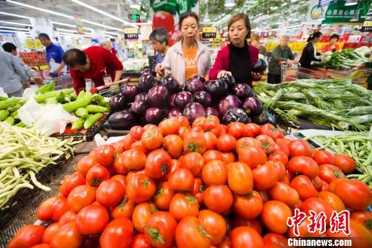 資料圖:民眾正在超市挑選蔬菜。張云 攝