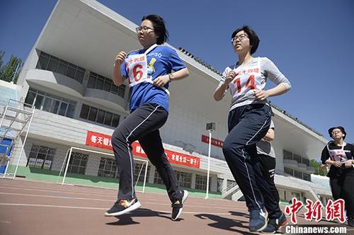 资料图:中考体育测试 中新社记者 刘文华 摄