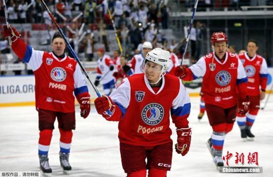 资料图:2017年5月10日,俄罗斯索契,普京出席夜间冰球联赛第6届全俄冰球节的比赛。