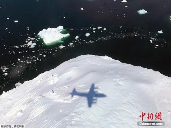 """这次行动名为""""东南冰川01"""",将包含对格陵兰岛诸多冰川的观测。""""冰桥行动""""(Operation IceBridge)始于2009年,目的是观测南极与北极地区的冰雪覆盖情况,收集有关极地和海冰变化的数据。P-3是四引擎涡轮螺旋桨飞机,能够进行8到12小时的长时间飞行。"""