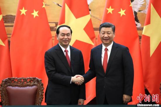 5月11日,中国国家主席习近平在北京人民大会堂同越南国家主席陈大光举行会谈。会谈后,两国元首共同见证了两国外交、经济技术、电子商务、基础设施建设、教育等领域双边合作文件的签署。中新社记者 盛佳鹏 摄