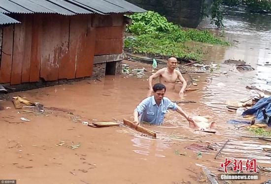 资料图:村干部帮群众转移财产。 夏昌铭 摄 图片来源:视觉中国