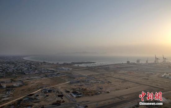 """5月7日,从高处俯瞰瓜达尔。位于巴基斯坦西南部俾路支省的瓜达尔,在乌尔都语里的意思是""""风之谷"""",一年内的大部分时间都处在干燥炎热的气候中,海风吹打着荒漠,卷起的风沙让初来乍到的人措手不及。东印度公司的探险家曾用""""崎岖而老旧""""来形容这片土地。中新社记者 刘关关 摄"""