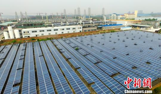 国家新能源科技示范城——江西省新余市渝水区一光伏企业利用屋顶、闲置空地建起自建20兆瓦光伏电站。赵春亮 摄