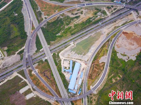 资料图:航拍花安(贵阳市花溪至安顺市)高速公路终点小屯互通枢纽,纵横交错的路网宛如血管。贺俊怡 摄