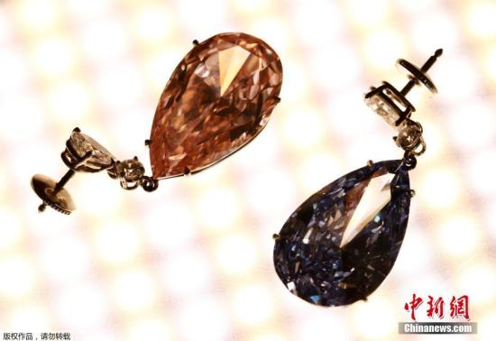 """当地时间2017年5月11日,瑞士日内瓦,14.54克拉的""""阿波罗蓝""""和16克拉的""""阿耳特弥斯粉""""钻石耳环即将在苏富比拍卖行拍卖,估价分别为3800-5000万美元和1250-1800万美元。"""