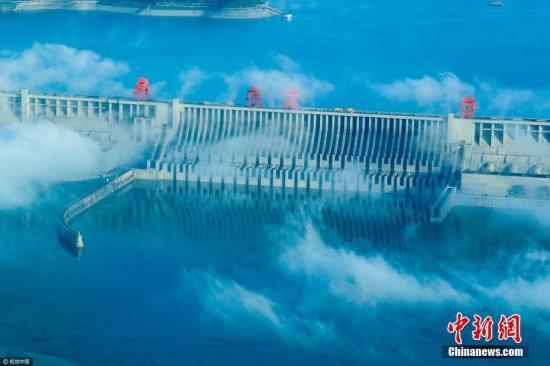 2017年5月12日,湖北宜昌,雨过天晴,三峡工程晨雾缭绕,雄伟的大坝在云雾中若隐若现,呈现出美仑美奂的动人景象。文振效 摄 图片来源:视觉中国